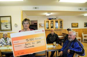 Maud Persson med checken värd 15 000 kronor.