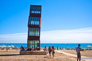 Besök stranden Barceloneta på dagen och ta en barrunda på kvällen.
