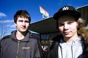 Bussdrömmar. Kompisarna Robert Schultz, 17 år och Markus Larsson, 16 år, drömmer om några sena bussturer mellan Borlänge och hemmet i Torsång. Idag är de vintertid helt beroende av att vuxna ställer upp med skjuts.