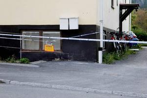 I detta hus attackerade en 24-årig man en kvinna och hennes make. Nu är det dags för rättegång om händelsen.