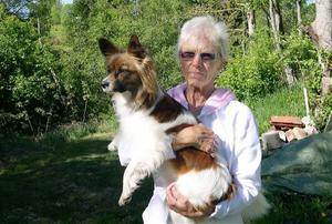 Nu är det stopp för Milly Lindh och vovven Cherie att ge sig ut på utflykt.