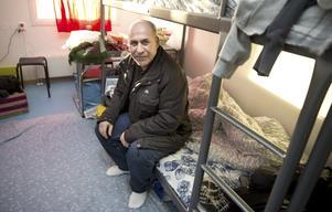 Issam Al-Qaraghuli, 56, ekonom från Bagdad, återvänder till Irak efter fem månader på utsiktslös jakt efter en ny framtid för sina barn. Nu lämnar han det trånga rummet på asylboendet och återvänder till femrumsvillan med plasma-tv - men också till bilbomberna som är en del av vardagen.