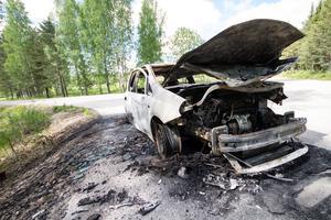 Bilen är totalt utbränd. Den står strax utanför villaområdet i Rönningen.
