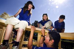 Sommarlov. Alva Pedersen, Nike Sjöström, Philip Folmerz och Jimmy Oscarsson tillbringar en vecka av sommarlovet med att bygga en koja.