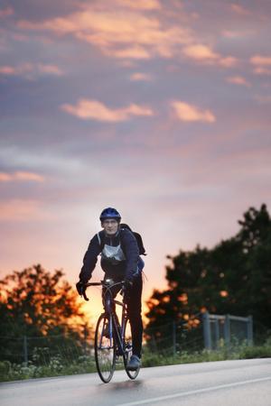 Det är strax före 4 på lördagsmorgonen och soluppgången gör det lite lättare att cykla.