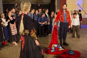 Uggle Carin (Carmen) förklarar sin kärlek till mästerflottaren Eskil Nilsson (toreodoren Escamillo).   Foto: MATS PÄRSSON