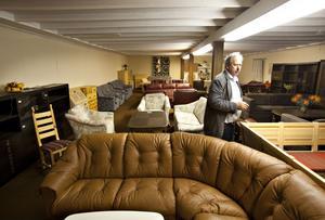 Kjell Engman går husesyn och granskar de olika möblerna som ska klubbas bort.– Sådana här möbler kan inte produceras i dag av kostnadsskäl, säger han.