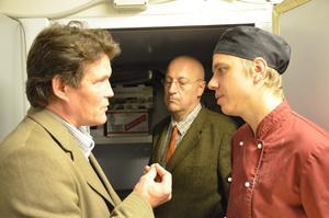 Per Morberg förklarar för Johan Ahlgren. I bakgrunden står Peter-Lorentz Johnsson.