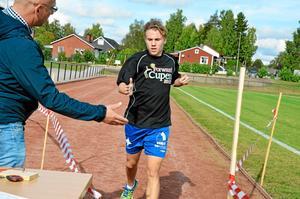 Snabbast på skolan. Oskar Holte möts av läraren Sven Erikssons handslag när han efter knappt en halvtimme når mållinjen på Fröjevi.