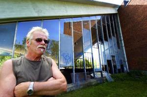 Upprörd. Ulf Åhman har sett mycket skadegörelse under sina två år som vaktmästare vid Cozmoz.