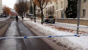 Polisen spärrade av ett stort område kring den aktuella adressen omgående efter larmet.