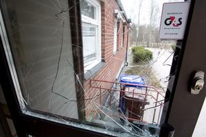 Krossat glas. När inte tjuvarna tog sig in via dörren, så slog de sönder rutan i det intilliggande fönstret och kröp in.