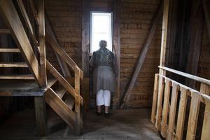 Elisabet Sandler står inne i utkikstornet. Kanske drömmer hon sig tillbaka?   – Ett av mina tidigaste barndomsminnen var när vi rodde hit till ön när jag var liten, berättade hon på vägen dit.
