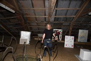 Smider. Berth Johansson jobbar i järnsmide. Samt restaurerar utställningsfärjan Klara, som är en del av sommarsalongen.