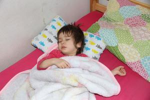 Sarina sover gott och har ingen aning om att hennes familj är utvisningshotad. Hon föddes i Turkiet när familjen var på flykt och har bott i Sverige sen hon var en månad gammal.