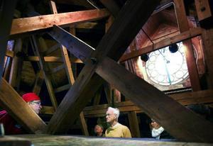 """Såväl de guidade visningarna som turen upp i tornet är väldigt välbesökta varje år som huset firar födelsedag och bjuder på rundvandring. """"Förra året fick jag jobba över för det kom så många som ville upp i tornet"""", säger Tomas Frank (i röd mössa till vänster) när han visar en grupp runt i tornet."""