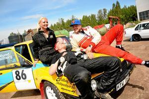 """Laddar upp inför tävlingen. Kartläsaren Valkyria Edlund och och föraren Mattias Hellberg från Mälaröarnas MK värmde upp i solen. Även Kaj Banck (till höger) skulle tävla. """"Vi är här för att det ingår i vår distriktsserie"""", säger Valkyria Edlund."""
