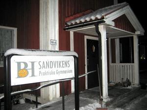 Elever och lärare vid Sandvikens praktiska gymnasium flyttar över till Gävle praktiska gymnasium från och med höstterminen. Inga lärare blir uppsagda.