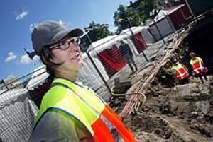 Foto: NICK BLACKMON Spår av Gävles historia. Arkeologen Maria Persson håller just nu på och gräver ut en del av Stortorget med hjälp av praktikanten Charlotte Andenius och Barbro Sollbe från Länsmuseets styrelse.