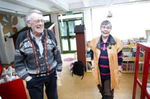 PÅ PLATS. Tillsammans med sambon An Wenberg tog Per Gunnar Evander emot gratulationerna från besökarna i biblioteket.