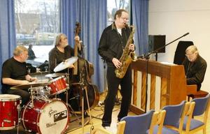 Lennart Dunker på tenorsax, Folke Westerlund på piano, Ulf Magnusson på bas och Rolf Andersson på trummor i Folkets hus.