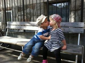 Bästa kompisarna Tilda och Loui tog en paus på parkbänken i kyrkbacken efter all lek! Vårkänslorna verkar spira även i deras små 2-åriga kroppar! Riktig kälek!