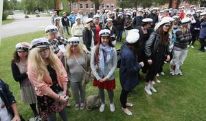 Det var grått och småkallt under den traditionsenliga mösspåtagningen. Men vissa ceremonier måste man bara vara med om.