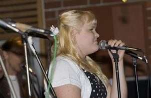 Det går många musikaliska elever på Norrsätraskolan. Fanny Söderlund bjöd sina skolkamrater på en imponerande version av
