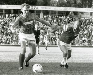 IP-gräset i Sundsvall var fortfarande hemtamt för förre landslagsjätten och IFK Sundsvalls storstjärna Bosse Börjesson, när han för sisådär 25 år sedan lurade TV-lagets Staffan Ling, känd från åtskilliga TV-program från Umeå, ofta med följeslagaren Bengt, och vem minns inte denne Lings kommentarer i Sällskapsresan 2 – Snowroller.