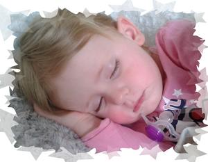Lilla Moa tar sig en tupplur. Efter en dags bus på dagis är det skönt att knyta ihop sig på soffan hemma hos farmor och farfar i Hökåsen.