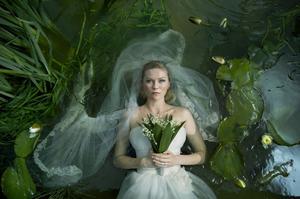 Dödens brud. Kirsten Dunst spelar den deprimerade Justine som väntar på undergången, i form av en planet på kollisionskurs med jorden. Foto: Christian Geisnaes/Nordisk Film