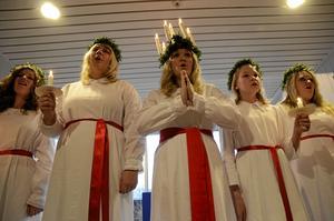 Lucia Fhelicia Jansson gjorde ett av sina många framträdanden under Luciadagen på Kumla bibliotek.