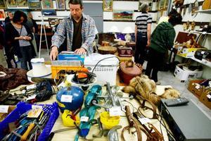Det finns både en fyndfaktor och en social dimension på auktioner som Gunnar Larsson gillar när han spanar efter saker värda att lägga bud på.  Foto: Henrik Flygare