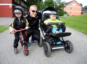 Marcus Kalliomäki, här med barnen Noak och Love, växte upp i Bojsenburg.   – Då hade Bojsen dåligt rykte. Det är stor skillnad nu, säger han.