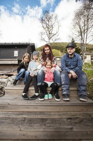 Hela familjen Burman-Kenttåmaa. Med mamma Lotta, pappa Jocke och barnen Nelly 9 år, Maja 7 år och Elsa 5 år.