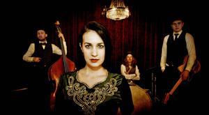 Fanny Mae & The Dynamite Believers på rockabillyös på Sandvikens nya kulturfestival.