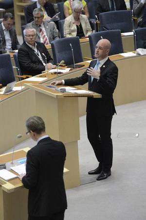 Jobb. I centrum för gårdagens partiledardebatt stodjobben. Vad som avhandlades var arbetslösheten i allmänhet och ungdomsarbetslösheten i synnerhet. Inte oväntat skiljde sig verklighetsbeskrivningarna radikalt åt mellan de två blocken. Fredrik Reinfeldt, statsminister, Moderaterna