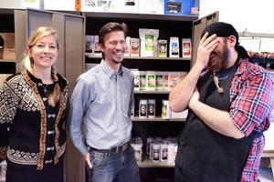 Det gäller att ha kul på jobbet. Elin Heinerud och Mattias Nilsson (till höger) jobbar halvtid hos Martin Alfredsson på Brunkullans te.