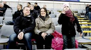 PÅ GÄVLEBESÖK. Patrik Åkerlöf, Viktoria Olsson och Lisa Åkerlöf från Gräsö brukar se någon match per år. Just i går passade det bra att göra en påsklovsutflykt till Gävle.