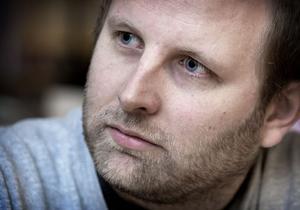 Läraren Thomas Bergström är drabbad av samma ögonsjukdom som Täppas Fogelberg. Besöket på kasinot i Sundsvall blev en obehaglig upplevelse för honom och hans kompis, Kjell Lomarker.