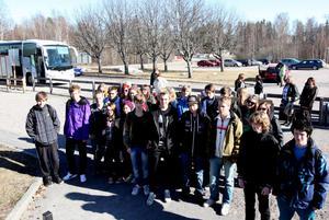 Niondeklassare från Hedängsskolan åkte i går eftermiddag till Skavsta för att därifrån flyga till Polen. Mikael Gränsgärd berättar att resan har blivit lite av skolans