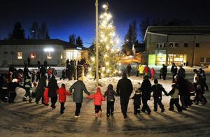 Julgransplundringen i Kilafors lockade många danssugna.