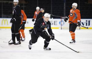 Erik Gustafsson under en träning med Philadelphia Flyers i Madison Square Garden i New York.