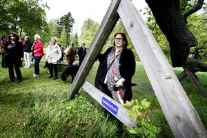 Det här trädet är barnens, säger Kiki Larsson och visar upp Lena Wennbergs bidrag till skulpturutställningen.