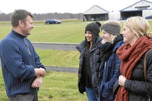 Halkskolade. Körkortseleverna fr vä Shayw Ali, Elin Åsberg samt Frida Wikström fick goda råd av läraren Clas Josefsson.