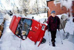 Det var i helgen som 86-årige Ossian Alexandersson fick sin trehjuliga moped vält. Under natten mellan fredag och lördag har någon eller några tagit sig långt in på tomten och orsakat skadegörelsen. Foto: Henrik Flygare