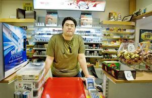 Aron Au har haft fullt upp med kunder hela dagen.