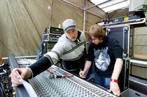 Mingel på Storsjöyran 2002. Anders Mellgren och Erik Sjölander vid Gaffascenens mixerbord.