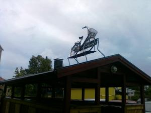 På Vallbygatan i Kolbäck, på taket ovanpå sophuset har man lyckats få upp både en bänk och en cykel placerad på den. Ja, lite slit måste det ju ändå ha varit för att få upp detta.