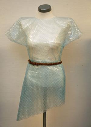 Matilda Büstedts klänning av bubbelplast och med skärp och snörning av colaremmar.